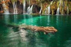 Δασικοί λίμνες και καταρράκτες Plitvice στην εποχή φθινοπώρου Στοκ φωτογραφία με δικαίωμα ελεύθερης χρήσης