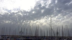 Δασικοί ιστοί στη μαρίνα ενάντια στον ουρανό με τα σύννεφα απόθεμα βίντεο