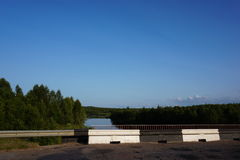 Δασικοί ποταμός και ουρανός στο Βορρά της Ρωσίας στοκ φωτογραφίες