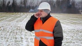 Δασικός επιθεωρητής με το τηλέφωνο κυττάρων κοντά στον καπνό στα ξύλα φιλμ μικρού μήκους