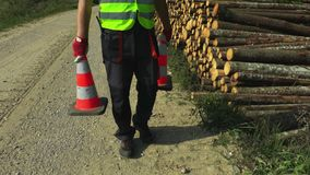 Δασικός εργαζόμενος με δύο οδικούς κώνους απόθεμα βίντεο