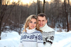 δασικός ευτυχής χειμώνας ζευγαριού στοκ φωτογραφία με δικαίωμα ελεύθερης χρήσης