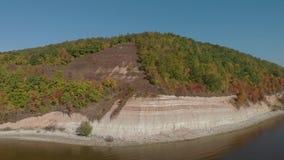 Δασικός λόφος στην όχθη ποταμού απόθεμα βίντεο