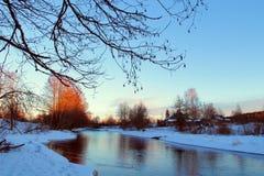Δασικός ποταμός στο χειμώνα με τα ίχνη στο χιόνι Στοκ Εικόνες