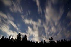 δασικό ελαφρύ φεγγάρι σύννεφων πέρα από τα αστέρια Στοκ Φωτογραφία