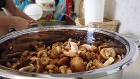 Δασικό μανιτάρι στην κουζίνα απόθεμα βίντεο