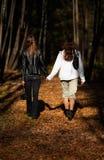 δασικό περπάτημα κοριτσιών Στοκ Εικόνα