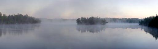 δασικό πρωί λιμνών ομίχλης Στοκ Εικόνα