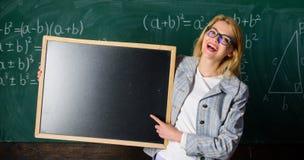 Δασκάλων έξυπνο χαμόγελου γυναικών λαβής διάστημα αντιγράφων διαφημίσεων πινάκων κενό Θυμηθείτε αυτές τις πληροφορίες κίτρινο σας στοκ εικόνα