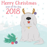 Δασύτριχο σκυλί με τις σφαίρες διακοσμητικών ταράνδων και Χριστουγέννων ελεύθερη απεικόνιση δικαιώματος
