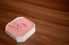 Δαχτυλίδια γάμου μέσα και κιβώτιο Στοκ Εικόνα