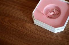 Δαχτυλίδια γάμου μέσα και κιβώτιο Στοκ Εικόνες