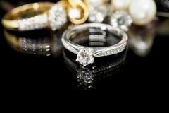 Δαχτυλίδια διαμαντιών κοσμήματος με την αντανάκλαση στοκ φωτογραφία με δικαίωμα ελεύθερης χρήσης