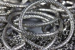 Δαχτυλίδια μετάλλων, αλυσίδες Στοκ εικόνα με δικαίωμα ελεύθερης χρήσης