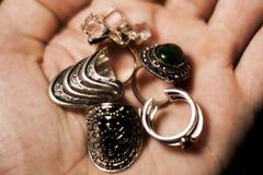 Δαχτυλίδια μόδας στα χέρια Στοκ φωτογραφία με δικαίωμα ελεύθερης χρήσης