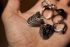 Δαχτυλίδια μόδας στα χέρια Στοκ Εικόνα