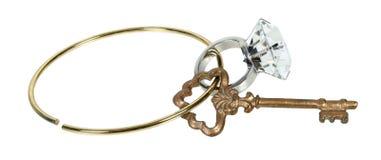 Δαχτυλίδι αρραβώνων και εκλεκτής ποιότητας πλήκτρο στο βασικό δαχτυλίδι Στοκ Εικόνα