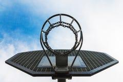 δαχτυλίδι για την καλαθοσφαίριση και ένας τομέας για το παιχνίδι της καλαθοσφαίρισης, δαχτυλίδια αλυσίδων, σε ένα υπόβαθρο του μπ στοκ εικόνες με δικαίωμα ελεύθερης χρήσης