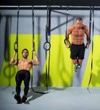 Δαχτυλίδι δύο εμβύθισης Crossfit άτομα workout στη βύθιση γυμναστικής στοκ εικόνα με δικαίωμα ελεύθερης χρήσης