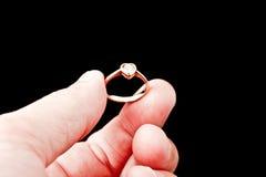 δαχτυλίδι εκμετάλλευσης χεριών 2 διαμαντιών Στοκ Φωτογραφίες