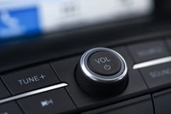 Δαχτυλίδι ελέγχου όγκου στο αυτοκίνητο πολυμέσων στοκ φωτογραφία