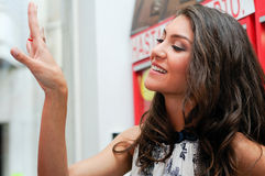 δαχτυλίδι κοσμήματος που δοκιμάζει τη γυναίκα Στοκ φωτογραφία με δικαίωμα ελεύθερης χρήσης