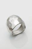 δαχτυλίδι λευκόχρυσο&upsi Στοκ Εικόνες