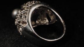 Δαχτυλίδι σε μια μαύρη περιστρεφόμενη στάση Κοσμήματα ασφαλίστρου Μακροεντολή απόθεμα βίντεο