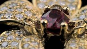 Δαχτυλίδι Dimond με το ρουμπίνι στο χρυσό κόσμημα απόθεμα βίντεο