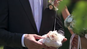 Δαχτυλίδια ανταλλαγής Newlyweds απόθεμα βίντεο