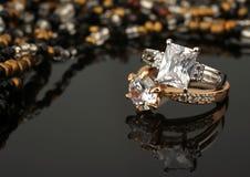 Δαχτυλίδια κοσμήματος με τα διαμάντια στο μαύρο υπόβαθρο, μαλακή εστίαση Στοκ εικόνες με δικαίωμα ελεύθερης χρήσης