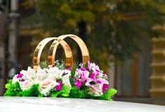 Δαχτυλίδια με τα λουλούδια στο γάμο στοκ εικόνες