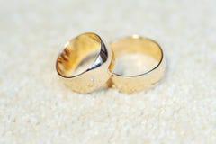 Δαχτυλίδια με το διαμάντι και τη χάραξη στοκ εικόνα με δικαίωμα ελεύθερης χρήσης