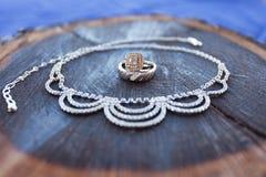Δαχτυλίδια που περιβάλλονται γαμήλια από το περιδέραιο της νύφης Στοκ εικόνα με δικαίωμα ελεύθερης χρήσης
