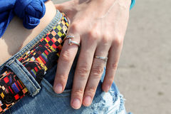 Δαχτυλίδια στα κορίτσια δάχτυλών της Στοκ εικόνα με δικαίωμα ελεύθερης χρήσης