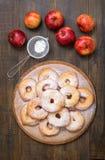 Δαχτυλίδια της Apple και φρέσκα μήλα Στοκ Φωτογραφίες