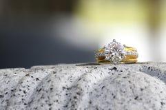 Δαχτυλίδι αρραβώνων διαμαντιών στην πέτρα γρανίτη Στοκ Εικόνα