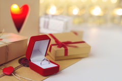 Δαχτυλίδι αρραβώνων σε ένα κόκκινο κιβώτιο βελούδου Στοκ Εικόνες