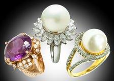 Δαχτυλίδι διαμαντιών και δαχτυλίδι μαργαριταριών Στοκ φωτογραφία με δικαίωμα ελεύθερης χρήσης