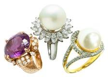 Δαχτυλίδι διαμαντιών και δαχτυλίδι μαργαριταριών Στοκ εικόνα με δικαίωμα ελεύθερης χρήσης