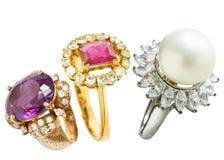 Δαχτυλίδι διαμαντιών και δαχτυλίδι μαργαριταριών Στοκ Φωτογραφίες