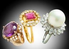 Δαχτυλίδι διαμαντιών και δαχτυλίδι μαργαριταριών Στοκ Φωτογραφία
