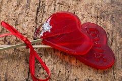 Δαχτυλίδι διαμαντιών και διαμορφωμένες καρδιά καραμέλες για το βαλεντίνο Στοκ Φωτογραφίες