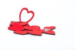 Δαχτυλίδι διαμαντιών στις κόκκινες καρδιές Στοκ Εικόνες