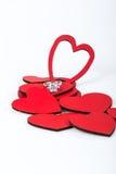 Δαχτυλίδι διαμαντιών στις κόκκινες καρδιές Στοκ φωτογραφία με δικαίωμα ελεύθερης χρήσης