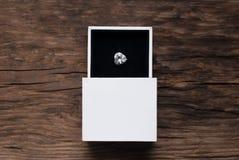 Δαχτυλίδι διαμαντιών στο κιβώτιο Στοκ Εικόνες