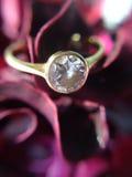 Δαχτυλίδι διαμαντιών στο κόκκινο ροδαλό υπόβαθρο στοκ φωτογραφία με δικαίωμα ελεύθερης χρήσης