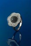 Δαχτυλίδι διαμαντιών στο μπλε υπόβαθρο Στοκ εικόνες με δικαίωμα ελεύθερης χρήσης