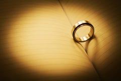 Δαχτυλίδι με τη σκιά καρδιών σε ένα σημειωματάριο Στοκ φωτογραφίες με δικαίωμα ελεύθερης χρήσης