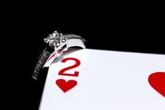Δαχτυλίδι με δύο από τις καρδιές που παίζουν την κάρτα Στοκ Εικόνες